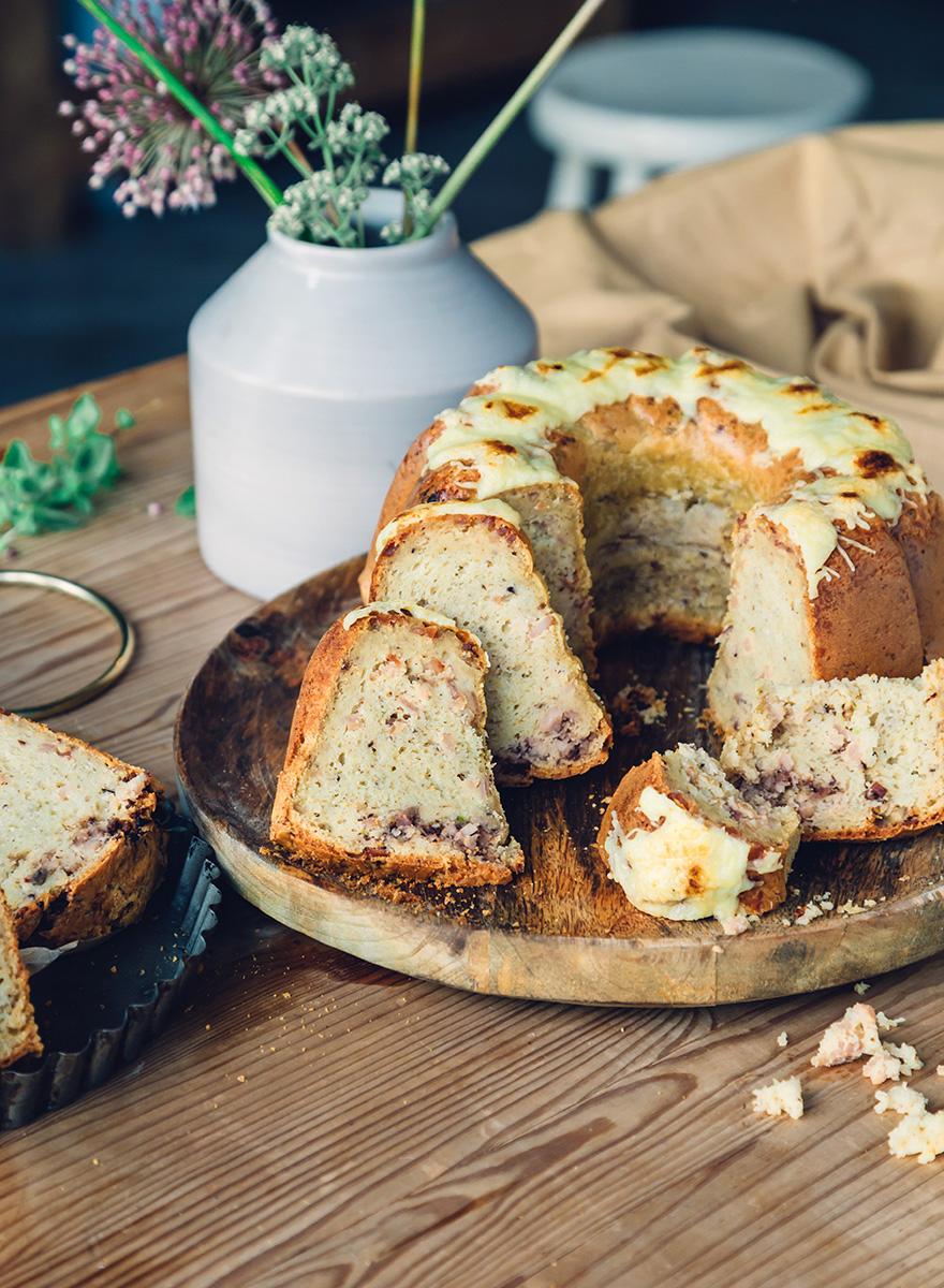 Κέικ αλμυρό με αλλαντικά Εν Ελλάδι και πάστα ελιάς