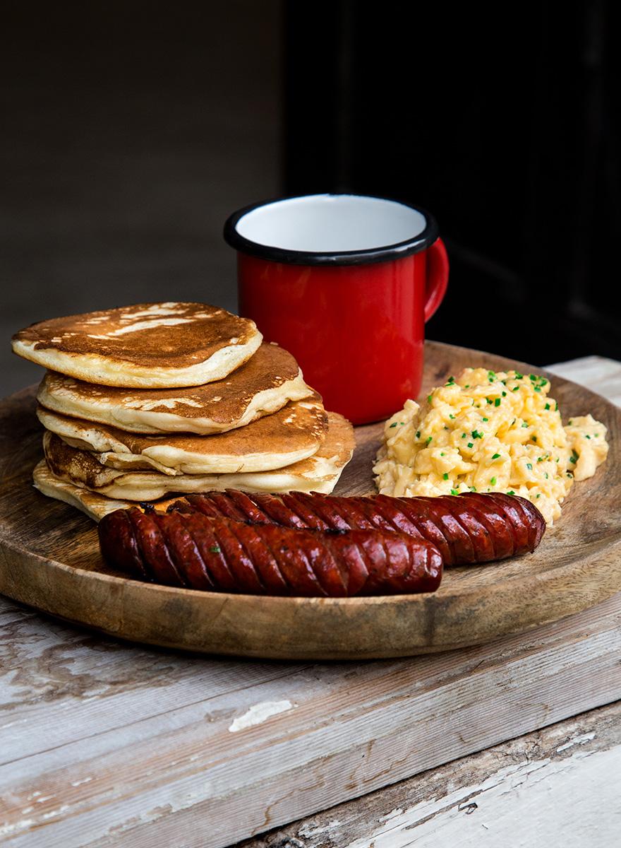 Αλμυρά pancakes με Σφακιανά λουκάνικα Εν Ελλάδι και αβγά scrambled