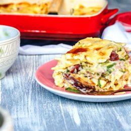 Σουφλέ ζυμαρικών με Σφακιανά λουκάνικα, μπέικον Εν Ελλάδι και πράσινα λαχανικά